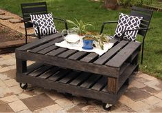 Make a wooden table for garden: recycled pallets
