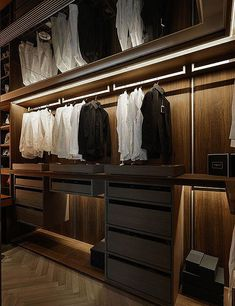Walk In Closet Ideas - Trying to find some fresh ideas to redesign your closet? See our gallery of leading luxury walk in closet layout ideas and photos. Walk In Closet Small, Walk In Closet Design, Bedroom Closet Design, Small Closets, Bedroom Wardrobe, Wardrobe Closet, Closet Designs, Interior Design Living Room, Open Wardrobe