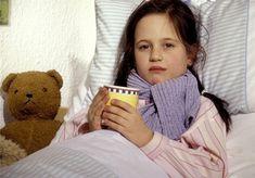 Když dítě bolí v krku, pomůže nejen Priessnitzův zábal, ale také citronová šťáva s medem nebo aromaterapie. (Ilustrační snímek)