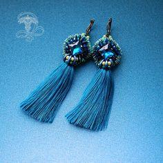 Длинные, роскошные серьги с шелковыми кисточками и вышитыми элементами. Красивое и стильное сочетание синих и зелёных оттенков.Сережки на латунных швензах (английский замок). Мой личный профиль @liliya_berezina @lilytiger_jewellery #серьгикисти #сережкикисточки #серьгидлинные #серьгинавыход #выпускной #серьгиромбы #серьгикупить #моносерьги #красноярскукрашения #красноярск #krasnoyarsk #цветморскойволны #серьгиналето #роскошныесерьги
