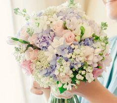 Hortenzia, jázmin, rózsa egy csodaszép színkombinációban.