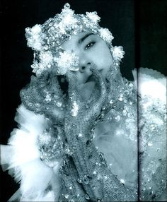 Bjork fashion icon trendsetter singer performance artist amazing fearless and still cutting edge Trip Hop, Bjork, Music Images, Shooting Photo, Look At The Stars, Portraits, Faeries, Cool Cats, Pretty Pictures