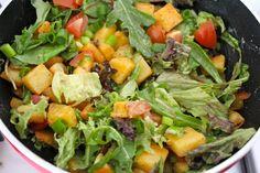 Salade met paprika-gebakken aardappeltjes en zelfgemaakte honing-mostard saus!