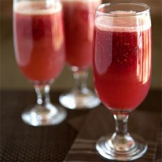 The Virgin Raspberry Bellini - clean eating magazine Dessert Drinks, Fun Drinks, Yummy Drinks, Beverages, Mojito, Raspberry Bellini, Smoothie Recipes, Smoothies, Virgin Cocktails