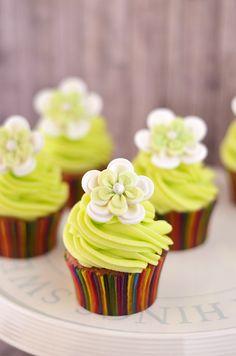 Cupcakes de pistacho con buttercream de lima y el ataque de las mini pelotas sonrientes