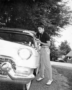 Rock and roll singer Elvis Presley polishing his 1956 Lincoln Continental in 1956 in Memphis Tennessee Photo by Michael Ochs Archives/Getty Images Cadillac Rosa, Pink Cadillac, Foo Fighters, Elvis Y Priscilla, Rock And Roll, Young Elvis, Elvis Presley Photos, Elvis Presley Graceland, American Singers
