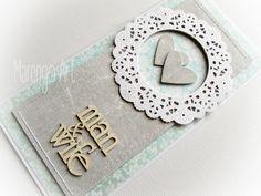 Przestrzenna kartka w szarości i błękicie, z dodatkiem białej rozety, zdobiona delikatnymi przeszyciami oraz przestrzennym tekturowym napisem *man&wife*.  Dostępna w butiku online Madame Allure
