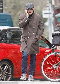 Eye spy: Daniel Craig took a stroll around North London as he enjoyed a day off from filming James Bond in Spectre Daniel Craig Style, Daniel Craig James Bond, Rachel Weisz, Craig Bond, James Bond Actors, Daniel Graig, Best Bond, Straight Guys, North London