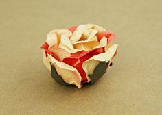 ROSA BAUNILHA COM CORAL | Forminhas em flor para doces finos, brigadeiros, doces regionais, bombons, cake pops, doces em copinho, etc. | RECICLÁVEIS E REUTILIZÁVEIS | {Handmade paper flower baking cases | Eco-friendly | Recyclable and reusable}.