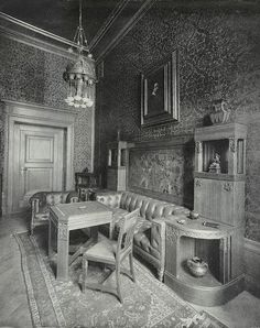 Smoking and gambling room at the Reichstag building in Berlin, 1903. Chesterfield leather sofas and brown gold stencilled wallpaper.    <3 Schablonentechnik