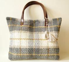 Make a rugged yet stylish carry-all with this farmer's market carpet bag tutorial! Carpet Bag, Diy Carpet, Fabric Bags, Handmade Bags, Bag Making, Diy Fashion, Purses And Bags, Textiles, Crochet