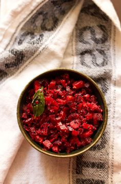 beetroot carrot poriyal – a simple flavorful south indian dry curry made with beetroots and carrot. lightly spiced and topped with grated coconut. South Indian Vegetarian Recipes, Indian Vegetable Recipes, Healthy Indian Recipes, South Indian Food, Veg Recipes, Spicy Recipes, Curry Recipes, Lunch Recipes, Dinner Recipes