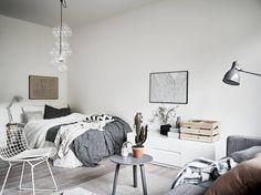 Compacte studio met Scandinavisch interieur en fijne accessoires Compact studio with Scandinavian in Decoration Inspiration, Room Inspiration, Interior Inspiration, Decor Ideas, Decorating Ideas, Home Bedroom, Modern Bedroom, Scandinavian Bedroom Decor, Deco Studio