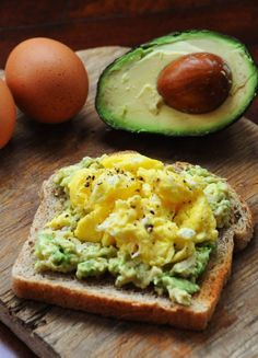 15 Flat Belly Breakfasts // wonderful for quick meals and snacks too EGG AND AVOCADO TOAST- CLEAN EATING Adapted from Rachael Ray Serves 1 1 egg, beaten with a splash of water avocado 1 slice whole wheat bread I Love Food, Good Food, Yummy Food, Tasty, Healthy Snacks, Healthy Eating, Healthy Recipes, Healthy Breakfasts, Breakfast Recipes