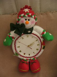 Best 9 39 Funny and Cute Christmas Decorating Ideas – SkillOfKing. Halloween Wood Crafts, Snowman Crafts, Xmas Crafts, Christmas Projects, Diy And Crafts, Christmas Clock, Christmas Signs Wood, Christmas Fabric, Christmas Snowman