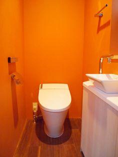 ビビッドなオレンジのトイレ♪  ★カラーから選べる壁紙[1m/¥370]でご購入いただけます http://item.rakuten.co.jp/diaadia/wp-solid_color/