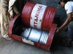 Resultado de imagen para 55 gallon plastic barrel furniture uses Tire Furniture, Garage Furniture, Barrel Furniture, Recycled Furniture, Furniture Making, Drum Seat, Drum Chair, Steel Sofa, Oil Barrel