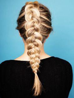 Pancake Braids sind DER neue Haartrend. Wie die Zöpfe geflochten werden, zeigen wir dir hier.