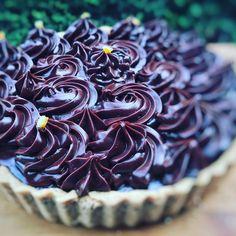 Főzött csokoládékrém receptem – Tortaiskola Icing, Cabbage, Meat, Vegetables, Desserts, Recipes, Food, Nails, Chocolate Candies