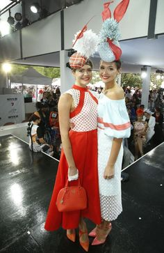 Myer Fashion in the Field Winner Olivia Moor (L) with her sister Charlotte Moor who was runner up. Melbourne Cup Fashion, Race Day Outfits, Dresses For The Races, Spring Racing, Races Fashion, Family Affair, Harajuku, Kids Fashion, Charlotte