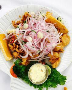 Jalea de Mariscos!! 🇵🇪 Peruvian Dishes, Peruvian Recipes, Cobb Salad, Tacos, Ethnic Recipes, Food, Peruvian Cuisine, Jelly, Seafood