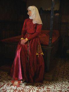 Hochmittelalterliche Adlige um 1250 im bestickten Damastkleid mit Seidenschleier