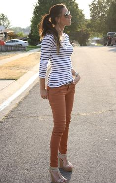 Striped top, brown-orange jeans, and neural shoes. Look Fashion, Fashion Outfits, Womens Fashion, Pantalon Orange, Orange Jeans, Orange Pants Outfit, Pink Jeans Outfit, Mustard Jeans Outfit, Brown Pants Outfit For Work