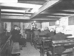 Met het bombardement en in de periode dat Nijmegen frontstad was werden veel gebouwen verwoest. Door het onbruikbaar worden van veel kerken tijdens de Tweede Wereldoorlog moesten parochies gebruik maken van noodkapellen of kerken buiten het centrum. Op de foto zie je een noodkapel.