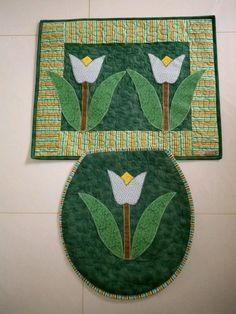 Jogo de banheiro em tecido de algodão, estruturado com manta acrílica e quiltado, aplicação em patch aplique. Tapete com medidas de 0,70 x 0,50 Tampa do Vaso: 40 cm comprimento e lagura 44 cm