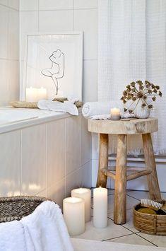 HOME SPA - Relaxen im eigenen Bad! In einem behaglichen Wohlfühlbadezimmer lässt es sich wunderbar entspannen und neue Energie tanken. Stylische Möbel in zarten Farben, edle Armaturen und einzigartige Deko-Accessoires sorgen für ein Ambiente wie im Fünf-Sterne-Spa. Mit diesen Interior Pieces veredelst Du Deine neuen Lieblingsort im Handumdrehen. // Badezimmer Badewanne Ideen Deko Kerzen Kerzenschein Winter Hocker Holz Skandinavisch #Winterdeko #Badezimmer#Badewanne #Badezimmerideen#Spa