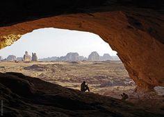 Das Ennedi Massiv, Tigui Cocoina Felsbildhoehle, Blick nach Aussen, Explore Chad Monument Valley, Explore, Nature, Travel, Animales, Naturaleza, Viajes, Destinations, Traveling