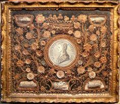 Reliquaire XVIIIème. Médaillon couronné de Benoît LABRE entouré de fleurs.
