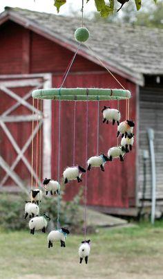 羊毛フェルトで作った羊のモビール。今年の羊と年にぴったりですね。ゆれるひつじがとてもかわいいです。寝室に飾るとぐっすり眠れそうですね!