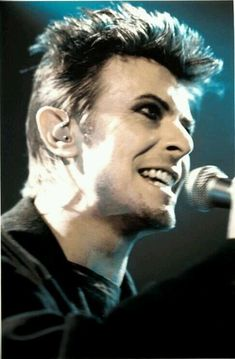 18 /France/Art Student ♦David Bowie - Sherlock - Doctor Who, and everything else awesome♠ F.G is a precious babe. David Bowie Born, David Bowie Tribute, David Bowie Ziggy, Glam Rock, Ziggy Played Guitar, Bowie Starman, The Thin White Duke, Major Tom, Life On Mars