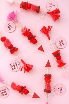 """BROCHETAS DE CHUCHES """"LOVE"""" (Candy Arrows) #ChuchesParaSanValentin #IdeasDivertidas #diy"""
