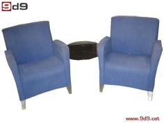 Conjunto de dos sillones de segunda mano, tapizados en color azul unidos con una mesa en forma circular de cristal. PVP 175€.