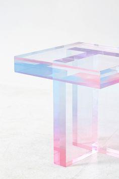 """Le designer coréen Saerom Yoon réalise des meubles et plus particulièrement des tables à partir de résine acrylique teintée. La collection intitulée """"Cryst"""