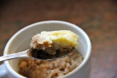 Coffee cake in a cup, and tons of other mug desserts. Some times just having one serving available is the best way to indulge! Single Serve Cake, Single Serve Desserts, Single Serving Recipes, Just Desserts, Serving Dishes, Peanut Butter Banana Bread, Breakfast Recipes, Dessert Recipes, Mug Recipes