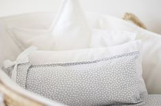 Cesto para bebé lunares blancos sobre fondo gris