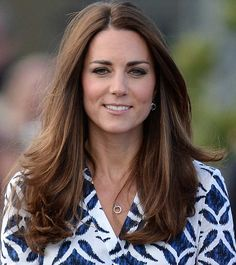 Get a hair cut like the Duchess of Cambridge! Get the Duchess of Cambridge's new hair cut on What Would Kate Do! How to get Kate's new hair style Vestido Kate Middleton, Cabelo Kate Middleton, Kate Middleton Makeup, Princesa Kate Middleton, Kate Middleton New Hair, Kate Middleton Haircut, Kate Middleton Embarazada, Wedding Makeup For Brunettes, Brunette Makeup