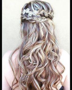 Highlights always make braids pop! Love these soft curls and double braid. #houstonmakeupartist #houstonairbrush #houstonhairstylist #houstonweddings #vendors #weddingsinhouston #weddings #moffittoaks #lovemyjob #halfup #halfuphalfdown #braids