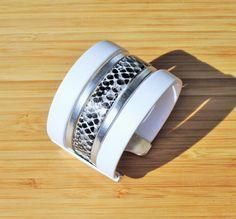 Bracelet manchette en cuir imprimé serpent blanc, noir et argenté 40mm : Bracelet par ccedille-bijoux