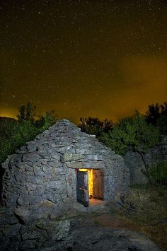 Chozos in the Sierra de El Torno – Alveary Architecture – Join in the world of pin Vernacular Architecture, Sustainable Architecture, Brick Works, Off Grid Cabin, House In Nature, Clay Houses, House On The Rock, Building Structure, Sierra