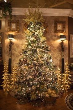 Cristhmas Tree Decorations Ideas : Christmas: Glamour and Traditional / karen cox. Beautiful Christmas Trees, Elegant Christmas, Noel Christmas, White Christmas, Christmas Fireplace, Office Christmas, Christmas Ideas, Xmas Tree, Christmas Tree Ornaments