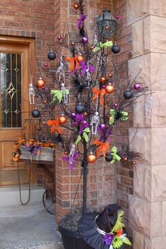 Once again, it is time for start to preparing for the Halloween party. I think a priority has to be the front porch decorating. So we've gathered some fun ideas for Halloween porch decor in lots… Continue Reading → Spooky Halloween, Halloween Veranda, Fete Halloween, Dollar Store Halloween, Halloween Porch Decorations, Outdoor Halloween, Holidays Halloween, Halloween Crafts, Halloween Centerpieces