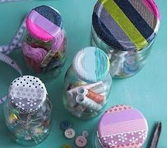 Washi tape to decorate jar lids. Washi Tape Crafts, Diy Crafts, Bottles And Jars, Mason Jars, Diy Jars, Colored Masking Tape, Decorative Tape, Fabric Tape, Decorated Jars