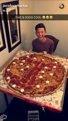 OMG IMAGINE EATING PIZZA WITH HIM WITH THE FIRST LETTER OF UR NAME AND HIS NAME ON IT