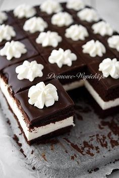 New Easy Cake : Chocolate cake with a thick layer of light cream cheese cream . Polish Desserts, Polish Recipes, Mini Desserts, Cookie Desserts, No Bake Desserts, Delicious Desserts, Fun Baking Recipes, Sweet Recipes, Cake Recipes