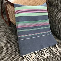fouta de plage coton tunisienne serviette de plage rayures coloré Weaving Designs, Weaving Patterns, Turkish Cotton Towels, Textiles, Natural Cleaning Products, Loom, Hand Weaving, Stripes, Throw Pillows