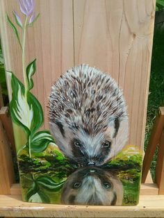 Egeltje gespiegeld in water .Met acryl geschilderd op larixhout door Ineke Nolles.